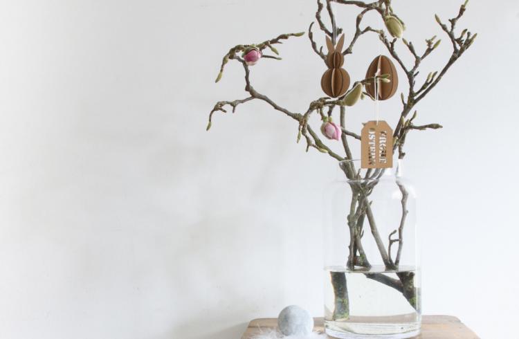 So schön kann schlichte Osterdeko in Naturtönen aussehen. Wie man sein Zuhause mit Magnolienzweigen ganz simpel mit schlichten Anhängern dekorieren kann.