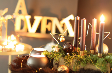 DIY-schnelle-Adventskranz-Alternative-Gold-Schwarz