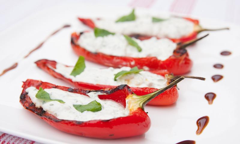 Rezepte Für Gasgrill Vegetarisch : Vegetarisches rezept gegrillte paprika mit kräuterfüllung