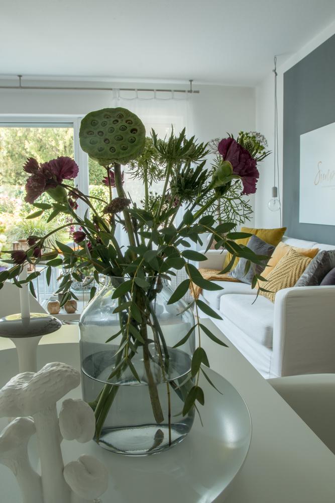 Herbststrauss-Wohnzimmer-dekorieren-Herbst-Blumenstrauss