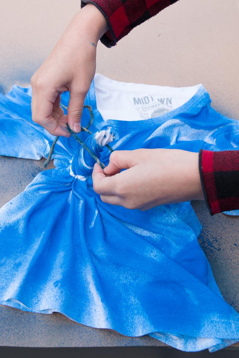 schnelles-DIY-T-Shirt-Shibori-Technik-gestalten-Fashion-Spray-Kinder
