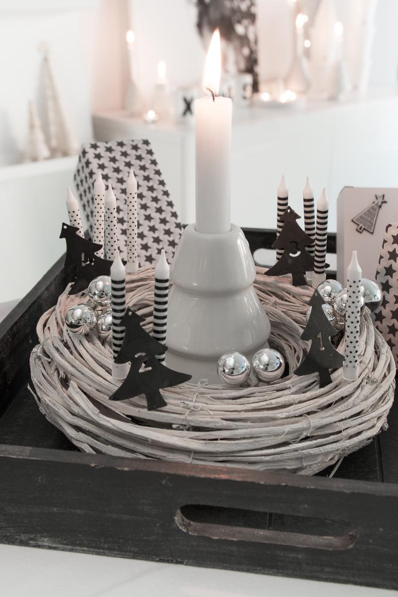 adventskranz kerzen mit punkten und streifen. Black Bedroom Furniture Sets. Home Design Ideas