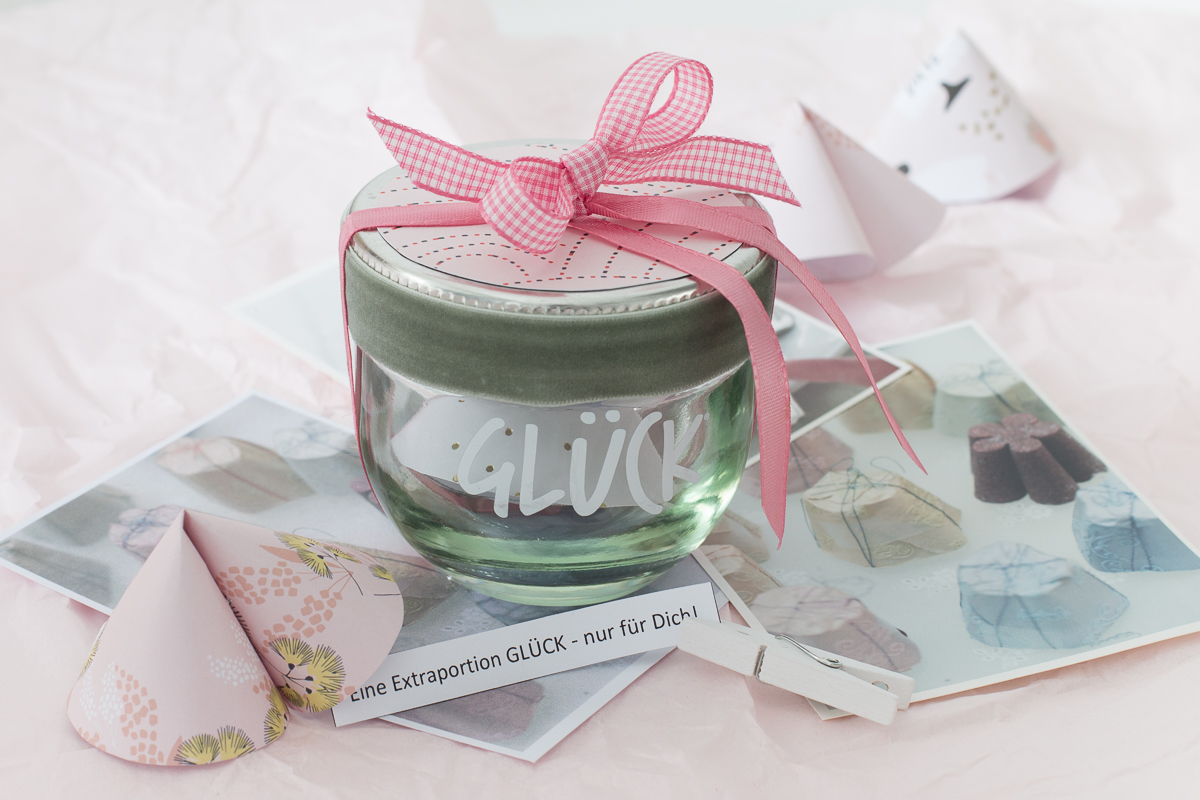 Schnelle Geschenkidee oder Tischdeko zur Hochzeit: Glückskekse aus Papier basteln